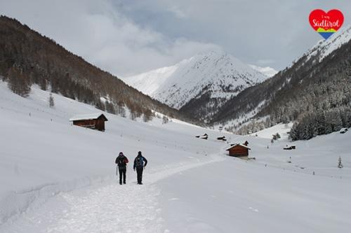 Rundwanderung im Altfasstal bei Meransen im Winter